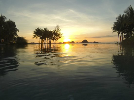 Phulay Bay, A Ritz Carlton Reserve: poolside sunset