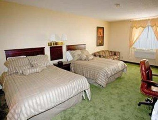 Days Inn Wallaceburg: Suite With Two Queen Beds And Pull Out Couch