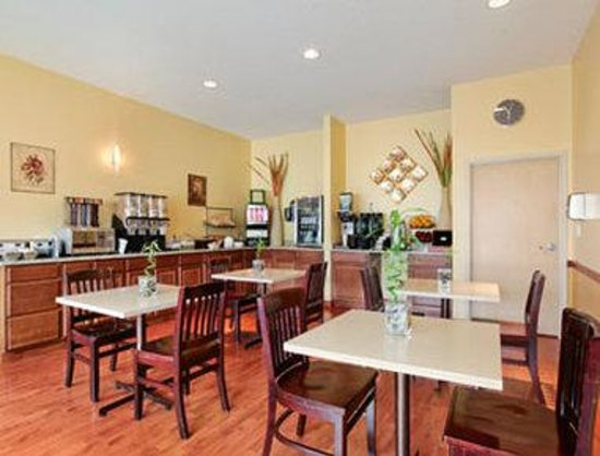 Ramada Edmonton International Airport: Breakfast Area