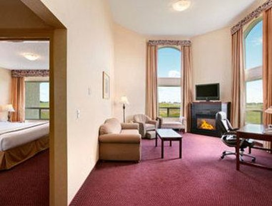 Ramada Edmonton International Airport: Suite with Fireplace