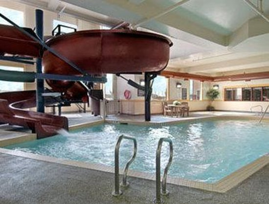 Airdrie, Canada: Indoor Pool, hot tub and Waterslide