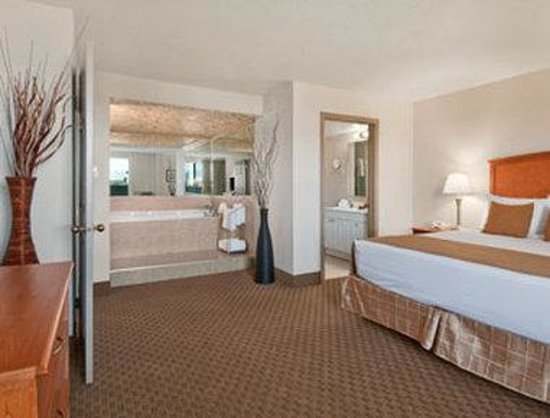 Ramada Edmonton South: King Jacuzzi Suite