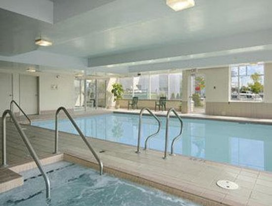 Surrey, Canada: Indoor Pool and Hot Tub