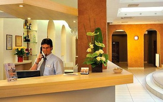 Star City Hotel: Front desk and lobby