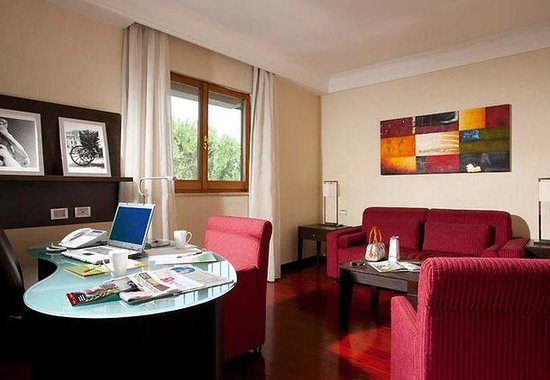 Courtyard Rome Central Park: Suite – Living Area