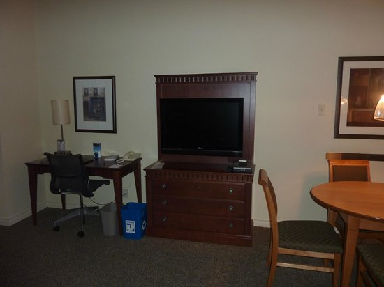 Le Square Phillips Hotel &amp; Suites: Desk-TV-table