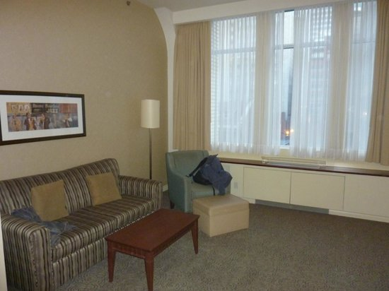 Le Square Phillips Hotel &amp; Suites: Living room with sofa