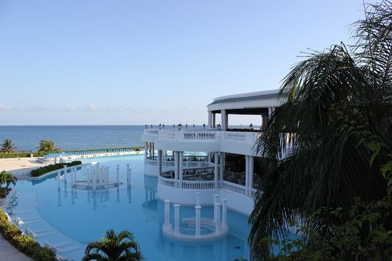 Grand Palladium Lady Hamilton Resort & Spa: Main pool, early morning