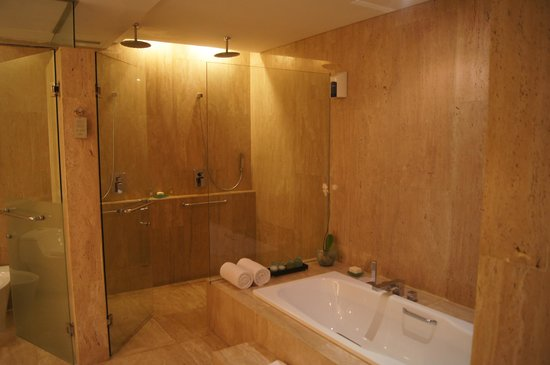 Hotel Santika Premiere Beach Resort Bali: Suite bathroom
