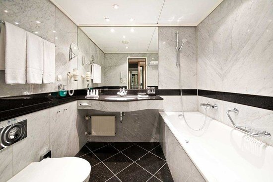 Maritim proArte Hotel: Suite Bathroom