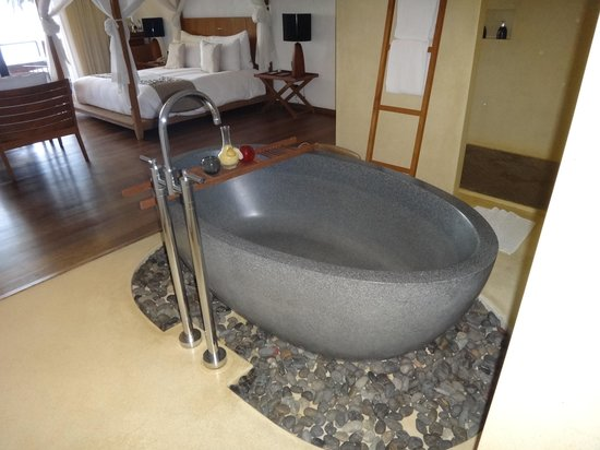 Hansar Samui Resort: Bathtub
