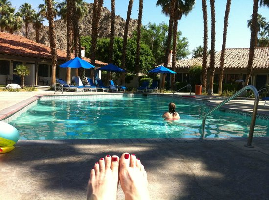 La Quinta, CA: Outside our room sitting by the pool
