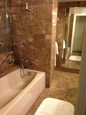 JW Marriott San Francisco Union Square: Tub and shower areas