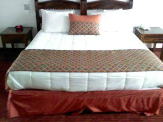 Sandia Peak Inn Motel: king size bed with new bedding in the rooms