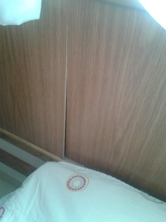 Bella Vista Hotel: broken headboard