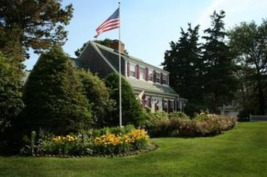 ‪‪Allen Harbor Breeze Inn & Gardens‬: Front view of main house‬