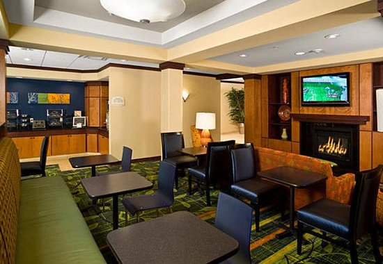 Fairfield Inn &amp; Suites: Dining Area