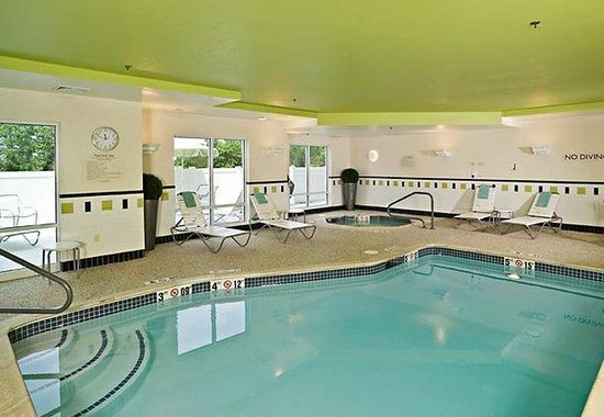 Fairfield Inn &amp; Suites: Indoor Pool