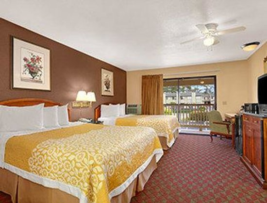 Days Inn San Simeon: Standard Two Queen Bed Non-View Room