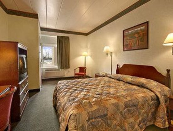 Cranston, RI: Standard Queen Bed Room