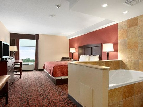 Ramada Niagara Falls: King Whirlpool Suite