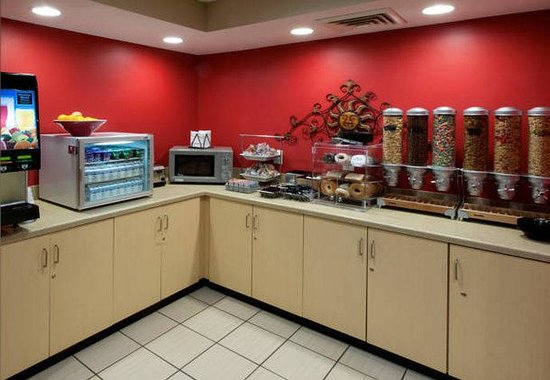 TownePlace Suites by Marriott Jacksonville: Breakfast Buffet