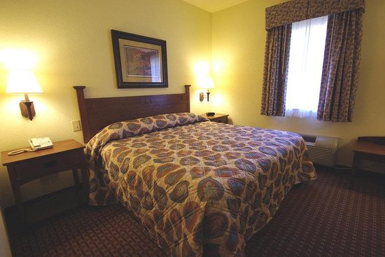 Mountain Inn & Suites Airport: Deluxe King Room