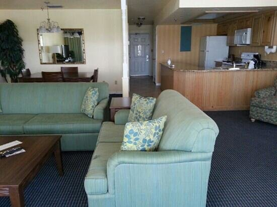 Holiday Inn Hotel & Suites Indian Rocks Beach/Clearwater: Living, dinning, kitchen area of lower level. King suite