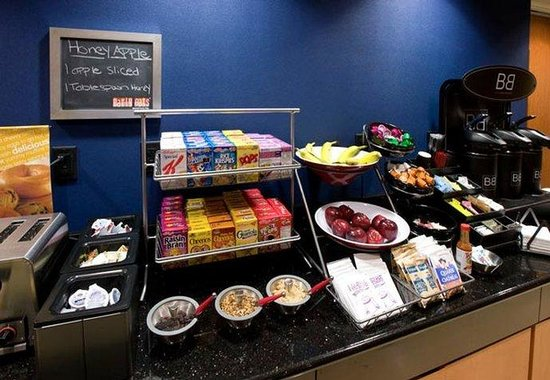 Fairfield Inn & Suites Wilmington / Wrightsville Beach: Breakfast Bar