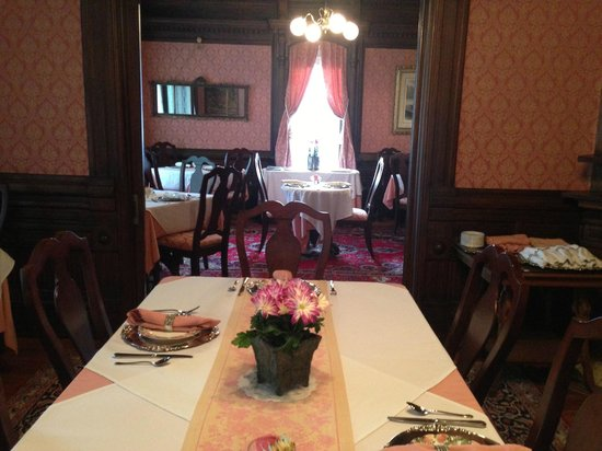 Cedar Crest Inn : Part of large main breakfast dining area