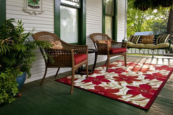 White Oak Manor Bed and Breakfast: front porch swing and chairs
