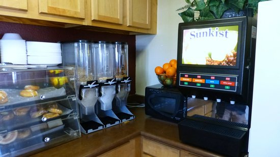‪‪Red Roof Inn - Pacific Beach, San Diego‬: Cereal, fruit, microwave, drinks‬