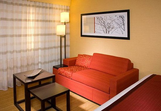 Courtyard by Marriott Fort Wayne Downtown at the Grand Wayne Center: King Guest Room Sitting Area