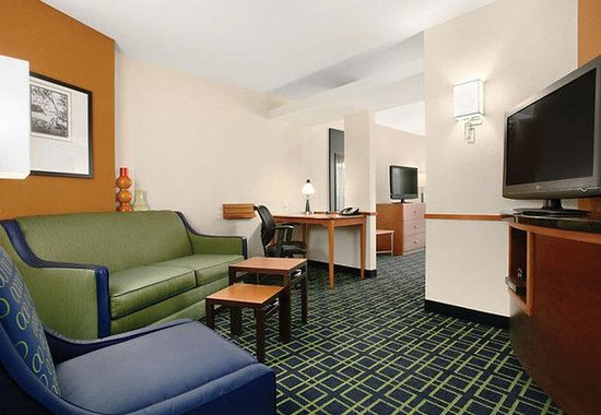 Fairfield Inn & Suites Weirton: King Suite