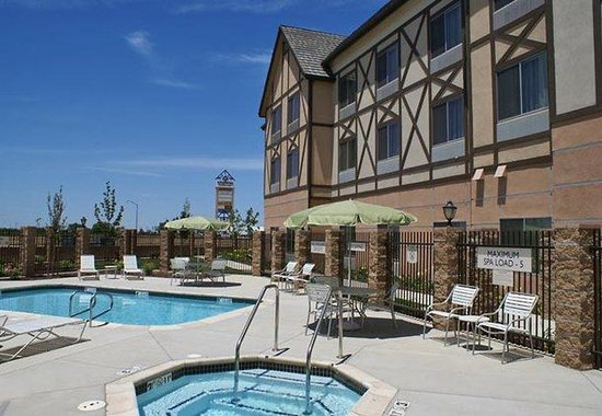 Kingsburg, Καλιφόρνια: Outdoor Pool & Whirlpool