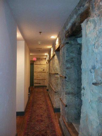 Washington House Inn: interesting hallway!