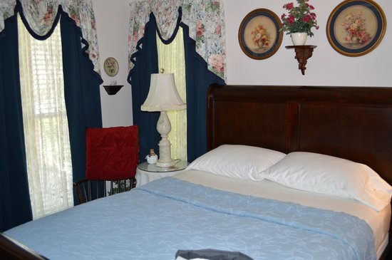 Red Bluff Cottage: The Rose Room
