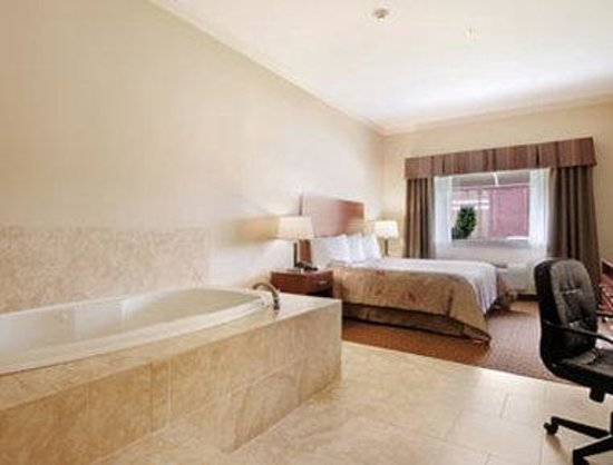 College Station, TX: Jacuzzi Suite