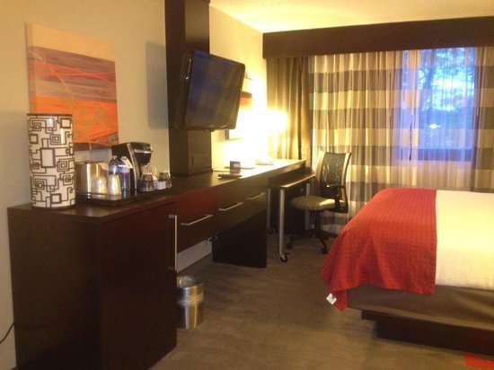 Holiday Inn Perimeter/Dunwoody: My husband LOVED the big screen TV!