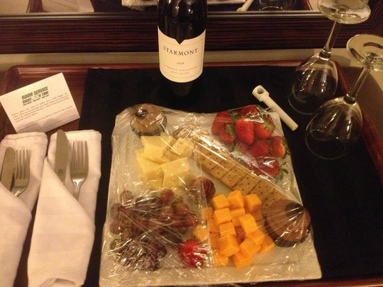 Holiday Inn Perimeter/Dunwoody: Tray sent up by management because it was our 25th Anniversary!