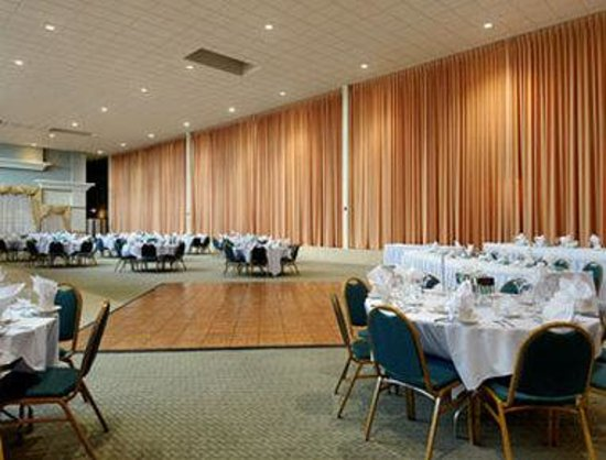 Ramada Plaza Milwaukee Airport Hotel and Conference Center: Banquet Room Atrium