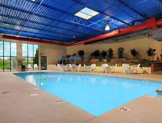 Ramada Plaza Milwaukee Airport Hotel and Conference Center: Indoor Pool