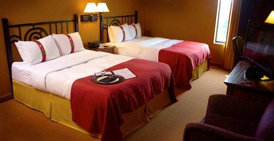 Pewaukee, WI: Double Queen Guest Room