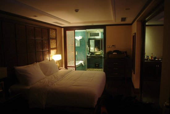 Golden Lotus Hotel: King size bed - very comfortable