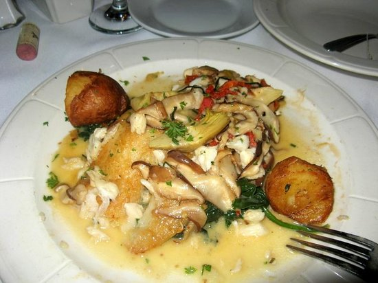 Edison, Nueva Jersey: Grouper w/crab meat, mushrooms on bed of spinach