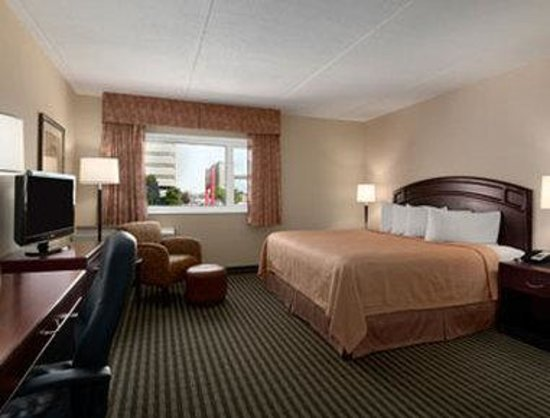 Ramada Winnipeg Hotel-Viscount-Gort: King Bed Room