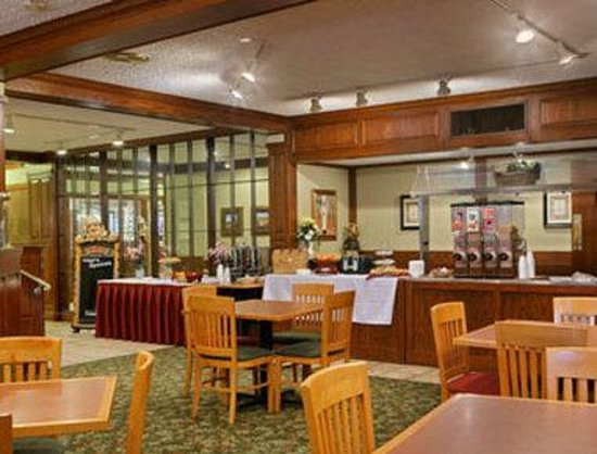 Ramada Inn and Conference Center: Breakfast Area