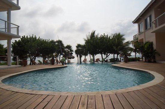 Laru Beya Resort & Villas: Pool, looking out towards the beach