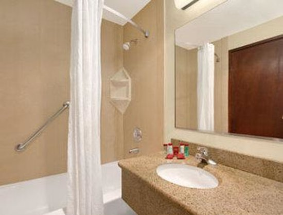 Ramada Tukwila SeaTac Airport Hotel: Bathroom