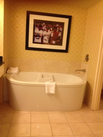 Planet Hollywood Resort & Casino: Room 3141 Bathroom - Hollywood Hip Strip view King